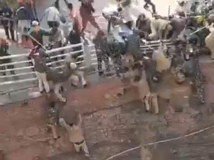 VIDEO: Violent protesters attack, police jump from Red Fort to save lives | VIDEO : हिंसक आंदोलकांचा हल्ला, जीव वाचवण्यासाठी पोलिसांनी लाल किल्ल्लावरून मारल्या उड्या
