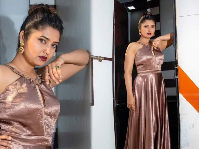 Stunning photo shared by Prajakta Mali in shimmer dress | शिमर ड्रेसमध्ये प्राजक्ता माळीने शेअर केला स्टनिंग फोटो, चाहते म्हणाले- कातिल नजर