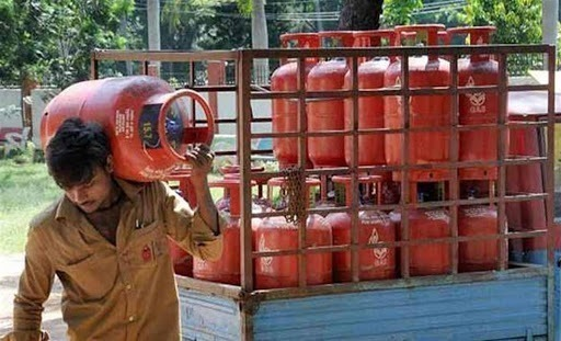 lpg consumers get choice of getting refill cylinder from three dealers without residence proof | LPG सिलिंडरसंदर्भात मोदी सरकारने घेतला मोठा निर्णय; बदलला 'हा' नियम