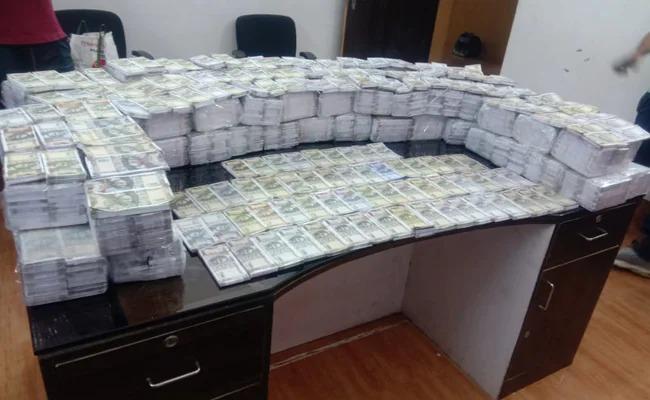 The trio was carrying fake Rs 7.9 crore notes from the vehicle when police caught them during the investigation   वाहनातून ७.९कोटींच्या बनावट नोटा घेऊन जात होतं त्रिकुट, पोलीस तपासादरम्यान पकडले