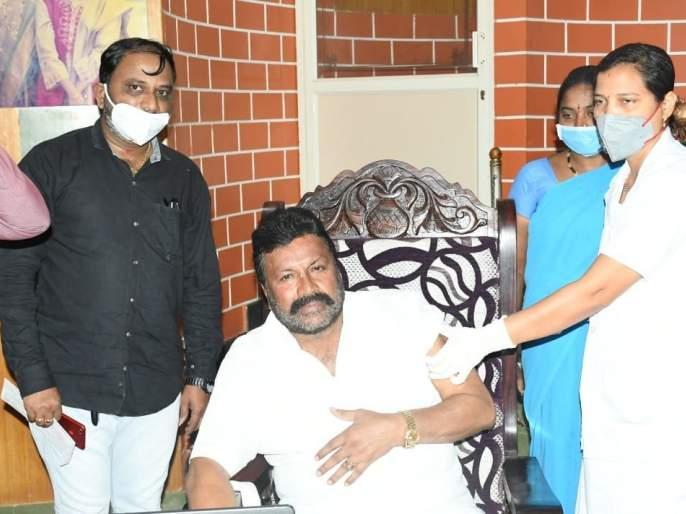 minister in karnataka BC Patil gets controversy over vaccination of covid 19 at home | ...अन् भाजपा मंत्र्याने घरीच घेतली कोरोना लस; यात काय चुकीचं आहे? म्हणत केला अजब खुलासा