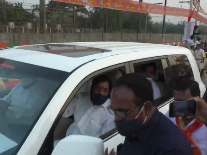 Eknath Shinde's trick to avoid crowds; Dedication of Vadavalli bridge without cutting the ribbon | गर्दी टाळण्यासाठी एकनाथ शिंदेंनी लढवली युक्ती; फित न कापताच वडवली पूलाचे केले लोकार्पण