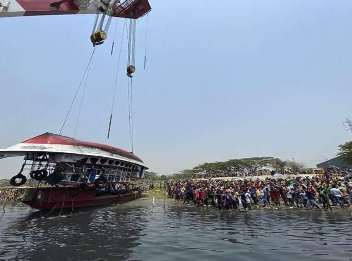 Horrific accidents involving cargo vessel and launch in Bangladesh; 27 killed | बांगलादेशात मालवाहू जहाज आणि प्रवासी नौका यांच्या भीषण अपघात; २७ जणांचा मृत्यू