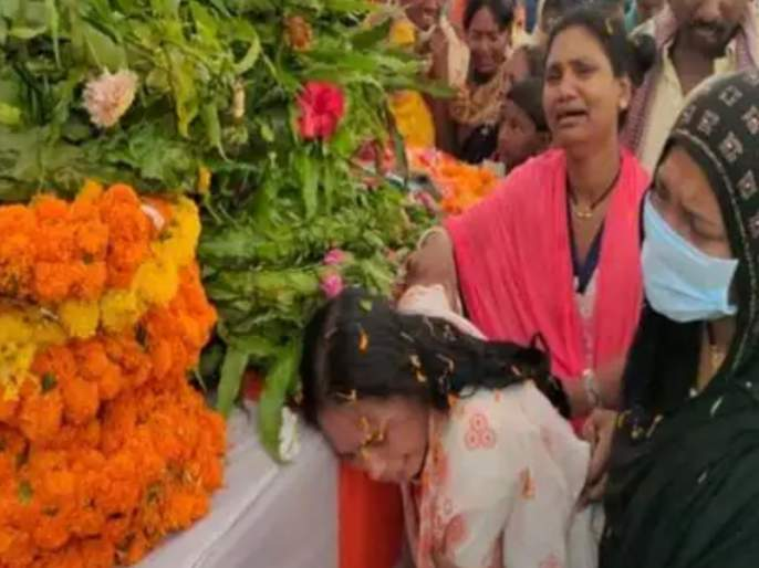 know story of jawan killed in bijapur naxal attack who was about to become father after 19 years of marriage   Chhattisgarh Naxal Attack : शहीद झालेला जवान लग्नाच्या 19 वर्षांनी होणार होता 'बाप' पण...; मन हेलावून टाकणारी घटना