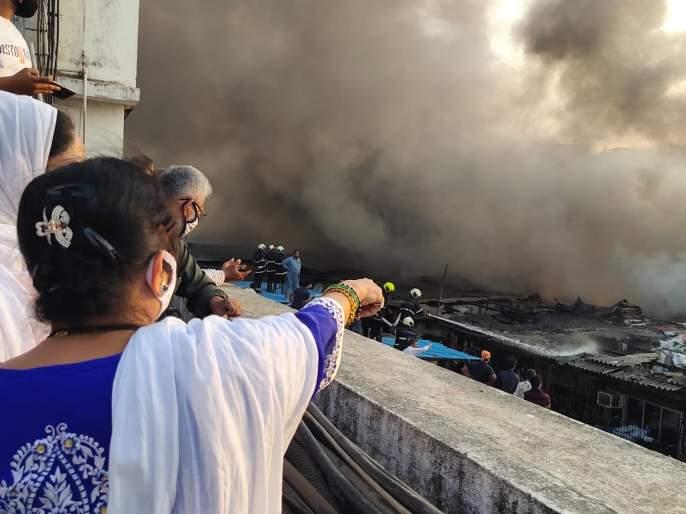 Mayor Kishori Pednekar visits the scene of the fire at CST Road, Kurla | कुर्ला, सीएसटी रोड येथील आगीप्रकरणी महापौर किशोरी पेडणेकर यांची घटनास्थळाला भेट