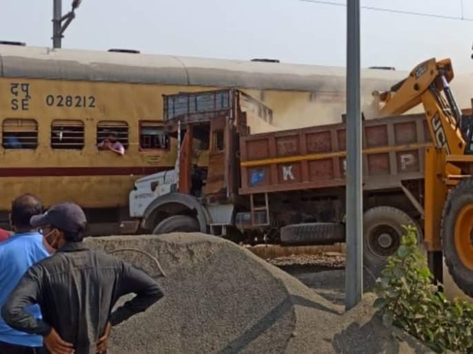A truck laden with stones hit the railway, fortunately a major accident was averted in Jalgaon | खडीने भरलेला ट्रक रेल्वेवर धडकला, जळगावमध्ये सुदैवाने मोठा अपघात टळला