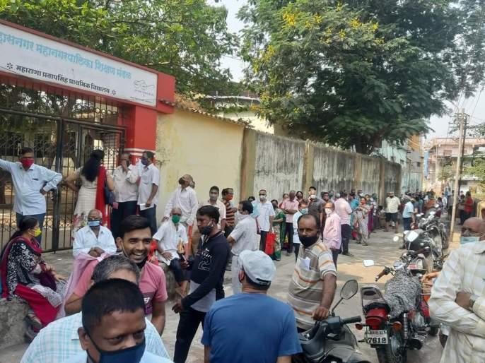 Corona Vaccine: Queues of citizens for vaccination in Ulhasnagar, harassment of citizens | Corona Vaccine : उल्हासनगरात लसीकरणासाठी नागरिकांच्या रांगा, नागरिक हैराण