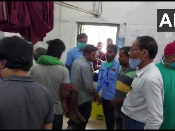 West Bengal Assembly Election 2021voting tension in coochbehar polling booth bombs hurled firing | West Bengal Assembly Election 2021: बापरे! पश्चिम बंगालमध्ये मतदानादरम्यान मोठा हिंसाचार; गोळीबारात चौघांचा मृत्यू, 4 जण जखमी