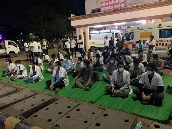 doctor also became helpless! No oxygen, no bed; How to treat patients? protest in Nagpur | CoronaVirus in Nagpur: डॉक्टरही झाले हतबल! ना ऑक्सिजन, ना बेड; रुग्णांवर उपचार करायचे कसे? नागपुरात आंदोलन