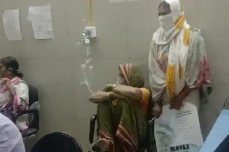 coronavirus: Worrying situation in Maharashtra, patient has to be put in a chair due to lack of bed   coronavirus: महाराष्ट्रात चिंताजनक परिस्थिती, बेड नसल्याने रुग्णाला खुर्चीवर बसवून द्यावा लागला ऑक्सिजन