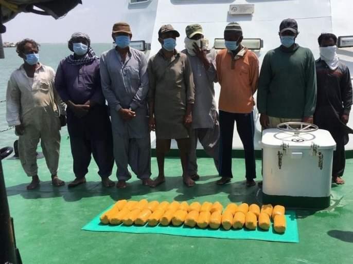 Major action of anti-terrorism squad and indian coast guard! Boat seized along with 8 Pakistani nationals, 30 kg of heroin also seized   मोठी कारवाई! 8 पाकिस्तानी नागरिकांसह बोट पकडली, 30 किलो हेरोईनही जप्त