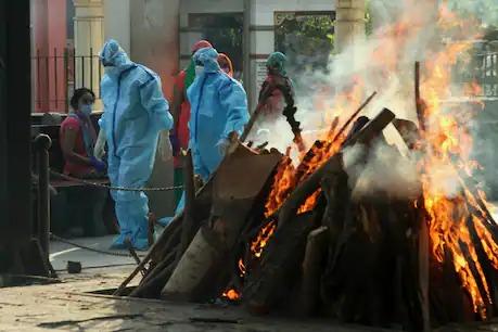 coronavirus: 23 death body burnt at the same time, so many bodies that the ground fell less, a horrible picture in Osmanabad   coronavirus: एकाच वेळी पेटल्या २३ चिता, मृतदेह एवढे की जमीन पडली कमी, मृत्यूचे भयावह चित्र