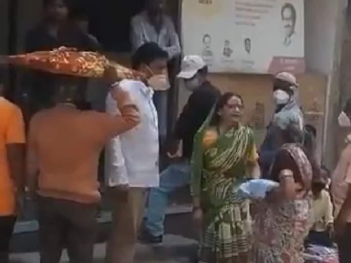 VIDEO : A woman who went to get Shiva bhojan was beaten by the center manager, Video shared by BJP | VIDEO : शिवभोजन घेण्यासाठी गेलेल्या महिलेला केंद्रचालकाकडून मारहाण, व्हिडीओ शेअर करत भाजपाचा आरोप