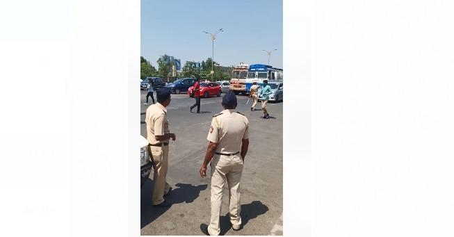 Mumbai-Pune Express Highway not closed but started by traffic police; people confused caused by fake video going viral   मुंबई- पुणे एक्सप्रेस महामार्ग बंद नसून सुरु असल्याचे वाहतूक पोलिसांचे स्पष्टीकरण; फेक व्हिडीओ व्हायरल झाल्याने खळबळ