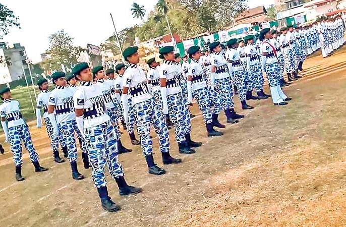 Kolhapur Flood- meet white army of girls, rescue team work for flood victims. | कोल्हापुरात मदतीला धावली मुलींचीही व्हाइट आर्मी
