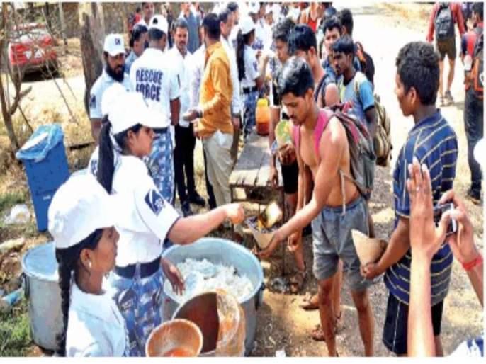 Food Army 'White Army' during rally in Ratnagiri | रत्नागिरीतील सैन्यभरतीवेळी 'व्हाईट आर्मी'चे अन्नछत्र