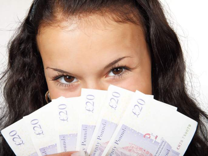 lucky women won two lotteries in america   सलग दोन लॉटरींमुळे महिला झाली लक्षाधीश, लंचब्रेकला असताना काढली लॉटरी