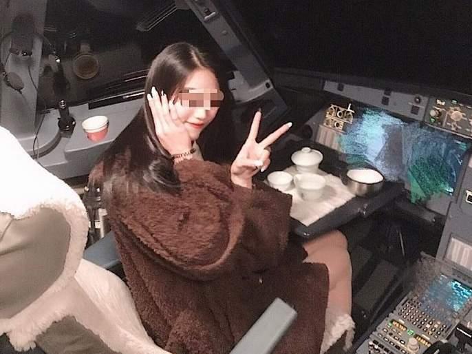 China pilot suspended after cockpit photo of girl goes viral | कॉकपिटमध्ये फोटो काढून महिला जोमात अन् तिकडे पायलट 'कोमात'...