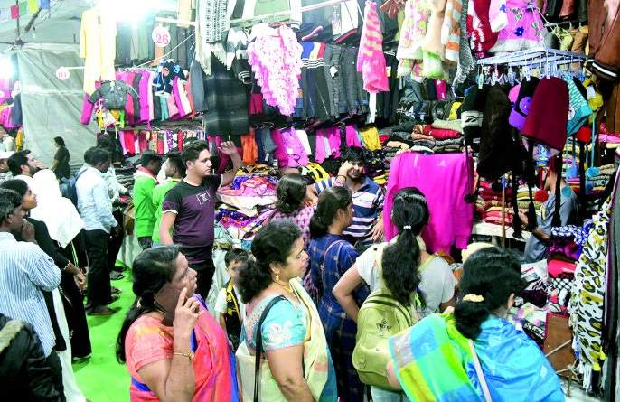 Woolen Textile market in Nagpur: turnover of around Rs 10 Crores   वुलन वस्त्रांनी सजली नागपुरात बाजारपेठ : जवळपास १० कोटींची उलाढाल