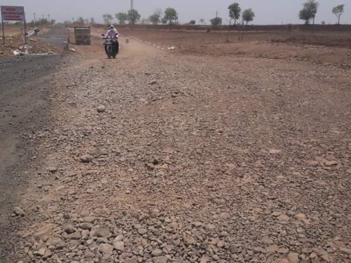 Standards of Road Work dicline due to water scarcity | पाणीटंचाईमुळे खालावतोयमार्गांच्या कामाचा दर्जा