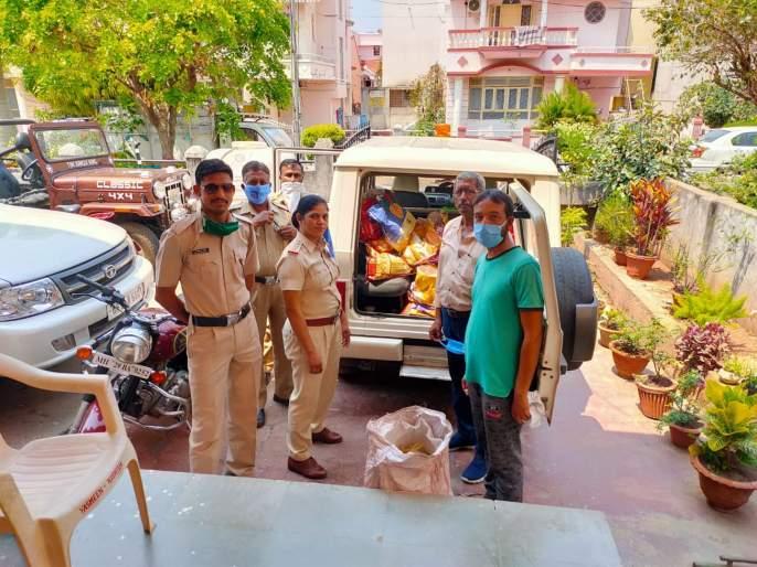 CoronaVirus in yavatmal police home delivers essential goods to citizens kkg | CoronaVirus: अत्यावश्यक वस्तू घरपोच; पोलिसांचा स्तुत्य उपक्रम