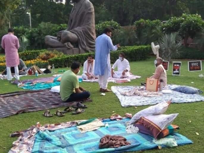 Congress boycotts work in lok sabha, rajya sabha till suspension of members is lifted   सदस्यांवरील निलंबन मागे घेईपर्यंत काँग्रेसचा कामकाजावर बहिष्कार