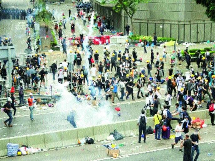 Police use force to enforce demonstrators in Hong Kong | हाँगकाँगमध्ये निदर्शकांवर पोलिसांनी केला बळाचा वापर