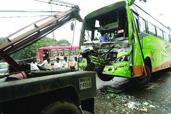 Three-vehicle accident at Juinagar | जुईनगर येथे तीन वाहनांचा अपघात