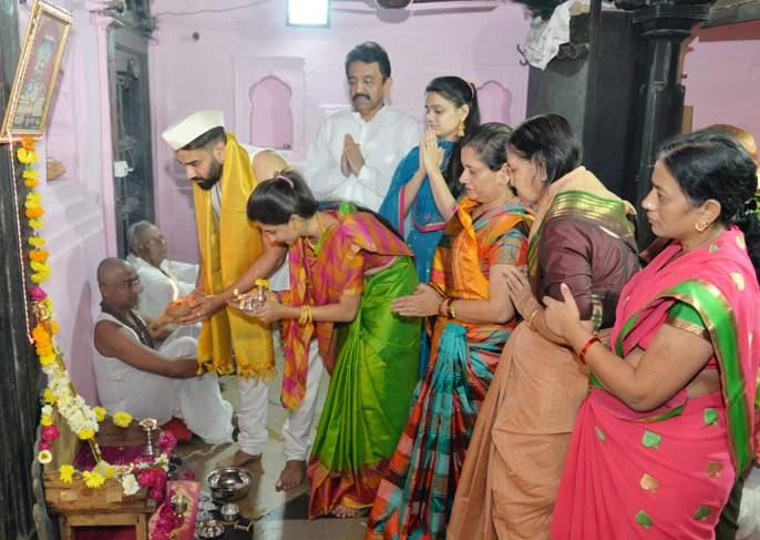 Solapur Siddheshwar Yatra; Yogandand Pooja from the very prominent nephew | सोलापूर सिध्देश्वर यात्रा ; शेटे वाड्यामध्ये संबळाच्या निनादातथोबडे नवदाम्पत्याकडून योगदंड पूजन