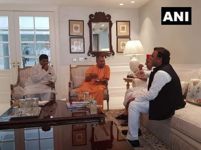 UP CM Yogi Adityanath meets SP leader Mulayam Singh Yadav at his residence. | योगी आदित्यनाथ यांनी घेतली मुलायम सिंहांची भेट; अखिलेश-शिवपाल सुद्धा उपस्थित