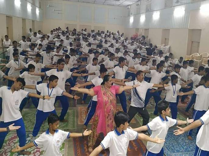 Celebrated International Yoga Day in the village-city and in school-college | गाव-शहरात अन् शाळा-कॉलेजात आंतरराष्ट्रीय योग दिन उत्साहात साजरा