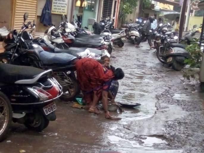 Pursuit of gold in the mud of Pura; Hand sanitizer cleansing in the bazaar | पुराच्या चिखलात सोन्याचा शोध ; सराफ बाजारातील गाळ-कचऱ्याची हाताने सफाई