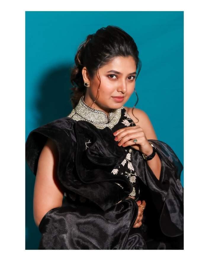 prajakta-mali-looks-very-glamorous-black-dress