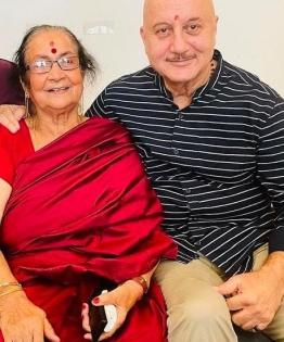 Anupam Kher: Most difficult thing in the world is to say bye to mom   Anupam Kher: Most difficult thing in the world is to say bye to mom