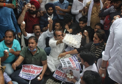 IYC protest at Smriti Irani house over alleged bribery in K'taka free egg scheme   IYC protest at Smriti Irani house over alleged bribery in K'taka free egg scheme