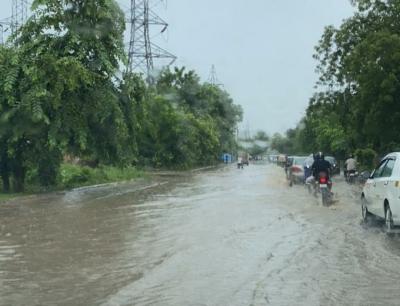 Heavy downpour lashes Gurugram, disrupts traffic movements | Heavy downpour lashes Gurugram, disrupts traffic movements