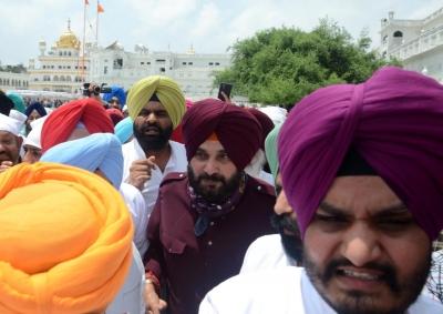 Amid standoff with Punjab CM, Sidhu shows solidarity, strength | Amid standoff with Punjab CM, Sidhu shows solidarity, strength