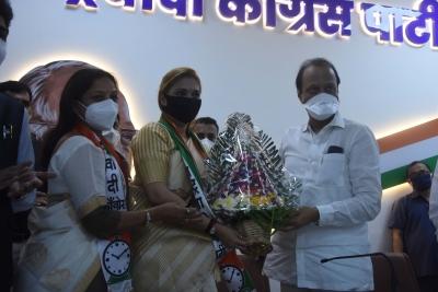 Ajit Pawar welcomes top Marathi singer, folk-dancer into NCP | Ajit Pawar welcomes top Marathi singer, folk-dancer into NCP
