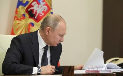 Putin signs bill to extend nuke treaty with US   Putin signs bill to extend nuke treaty with US