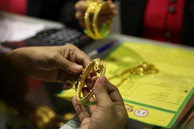 Gold nears Rs 55,000 per 10 gm, silver crosses Rs 70,000 per kg   Gold nears Rs 55,000 per 10 gm, silver crosses Rs 70,000 per kg