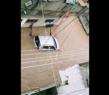 Man ties car with ropes in flood-hit Telangana town   Man ties car with ropes in flood-hit Telangana town