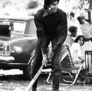Big B shares throwback cricket pic from 'Mr. Natwarlal' shoot   Big B shares throwback cricket pic from 'Mr. Natwarlal' shoot