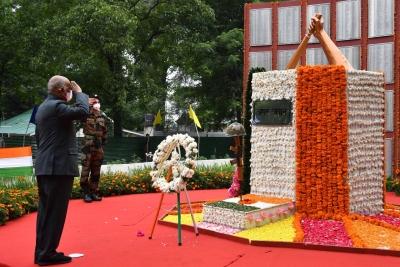 President pays homage to Kargil fallen heroes   President pays homage to Kargil fallen heroes