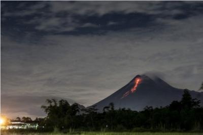 Indonesia's Merapi volcano erupts 4 times | Indonesia's Merapi volcano erupts 4 times