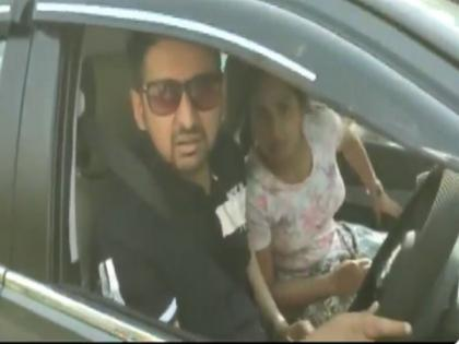 Delhi couple, stopped for not wearing mask inside car, misbehaves with cops | Delhi couple, stopped for not wearing mask inside car, misbehaves with cops