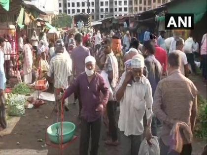 Huge crowd at Nagpur's Mahatma Phule market; COVID protocols violated   Huge crowd at Nagpur's Mahatma Phule market; COVID protocols violated