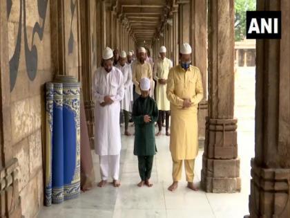 Devotees offer Namaz at Ahmedabad's Jama Masjid on Eid-ul-Zuha | Devotees offer Namaz at Ahmedabad's Jama Masjid on Eid-ul-Zuha