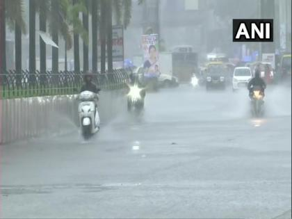 High tide hits Mumbai's Marine Drive amid rainfall   High tide hits Mumbai's Marine Drive amid rainfall