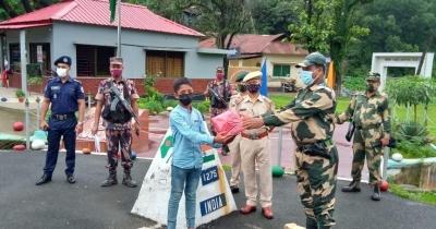 BSF returns B'desh teenager who strayed into India | BSF returns B'desh teenager who strayed into India