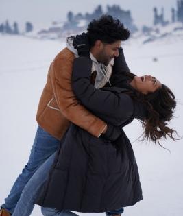 Guru Randhawa, Mrunal Thakur's 'snow fight' in Kashmir!   Guru Randhawa, Mrunal Thakur's 'snow fight' in Kashmir!